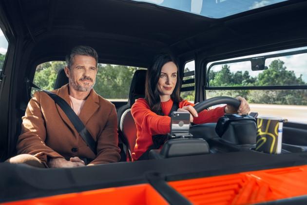 Ejemplo de dos personas viajando dentro de Citroën AMI