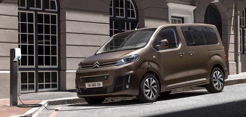 Citroën ë-Spacetourer estacionada en la acera cargando la batería