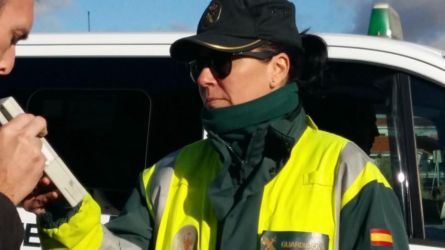 Guardia Civil realizando test de alcohol o drogas a un conductor en la nueva campaña de la DGT