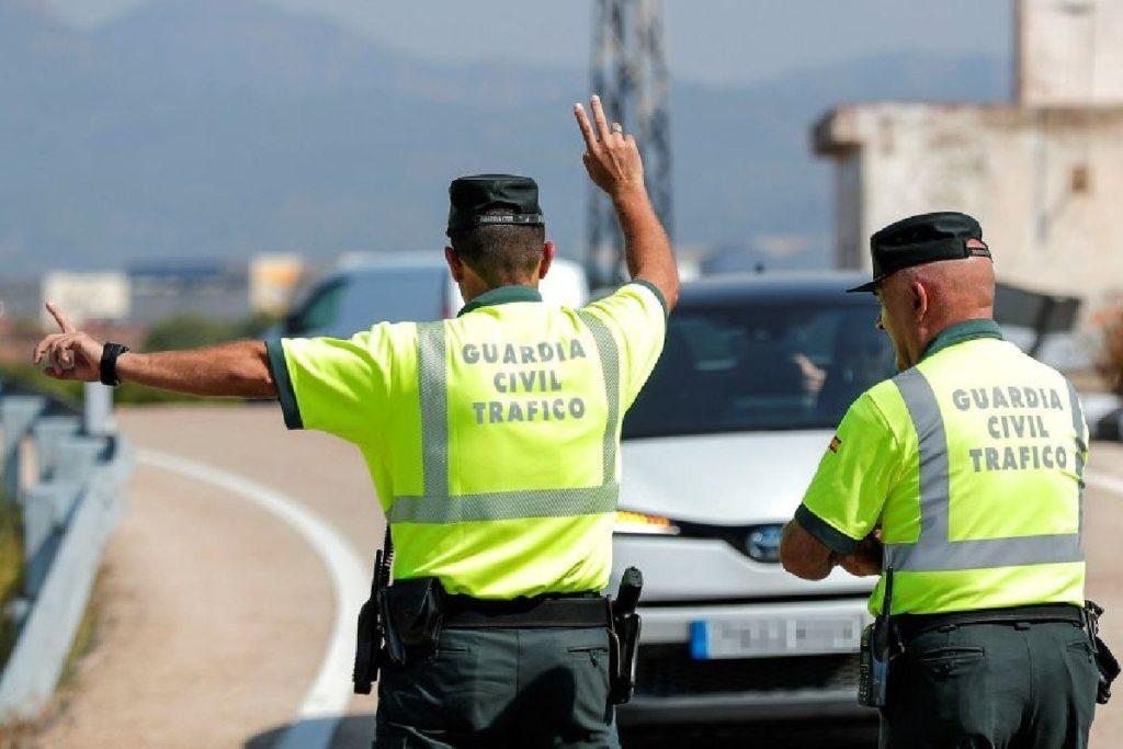 Guardias civiles realizando controles a los conductores