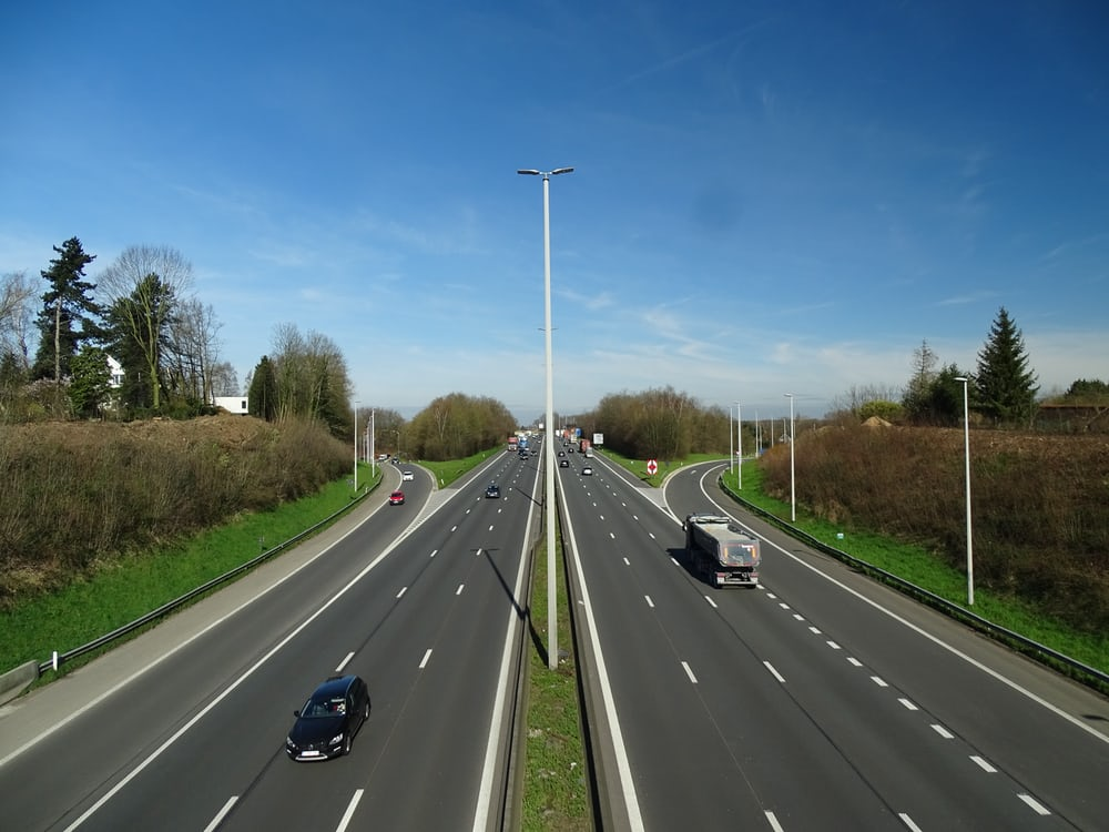 Fotografía de vehículos en carretera