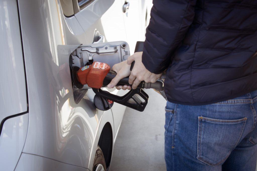 Fotografía de hombre repostando gasolina