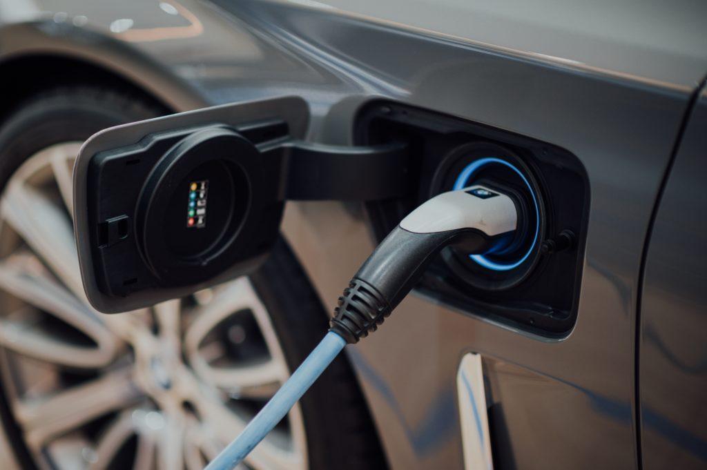 Coche híbrido o eléctrico empleado para explicar las diferencias entre coches híbridos y eléctricos