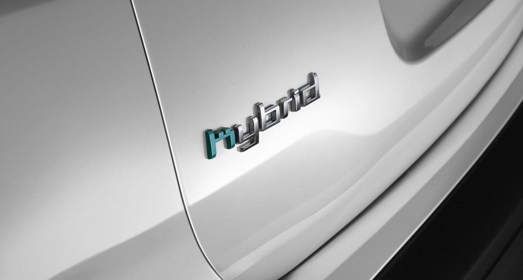 5 ventajas de los coches híbridos. Logo de modelo híbrido de Citroën C5 Aircross