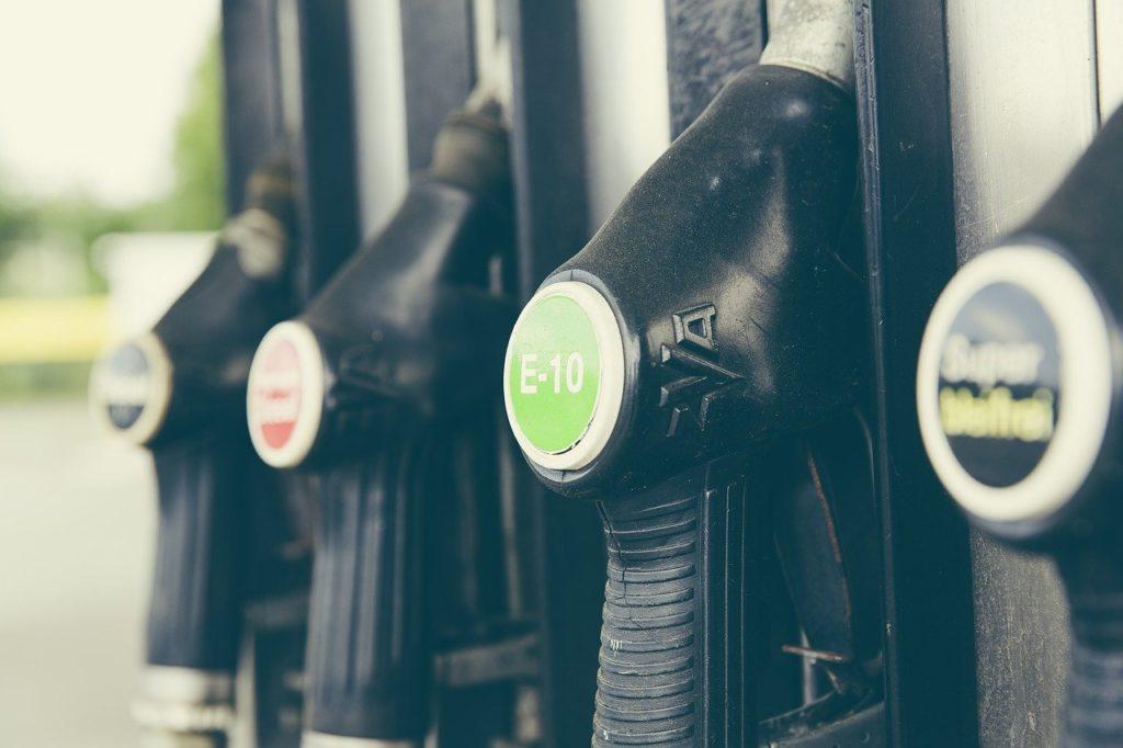 ¿Qué combustible es mejor? Fotografía de un surtidor de gasolinera