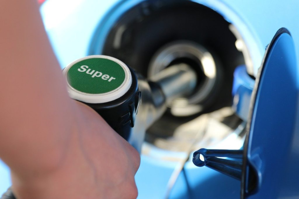 ¿Qué combustible es mejor? Fotografía de un individuo repostando gasolina