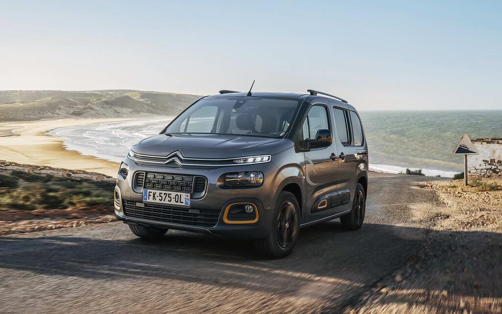 Nuevo Citroën Berlingo Rip Curl desplazandose por la carretera con el mar al fondo