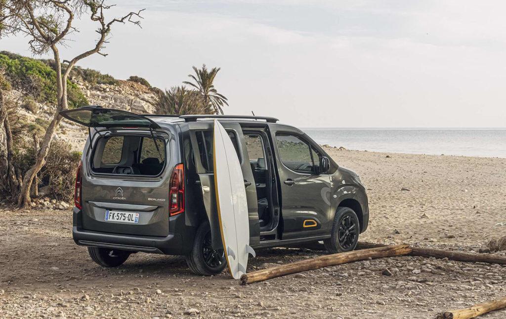 Nuevo Berlingo Rip Curl en la playa junto a una tabla de surf